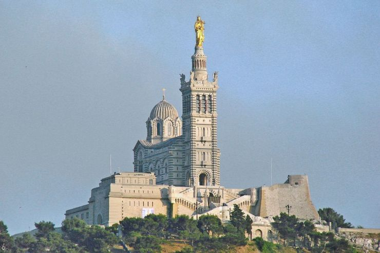 1200px-La_basilique_Notre-Dame-de-la-Garde_(Marseille)_(14245234112)